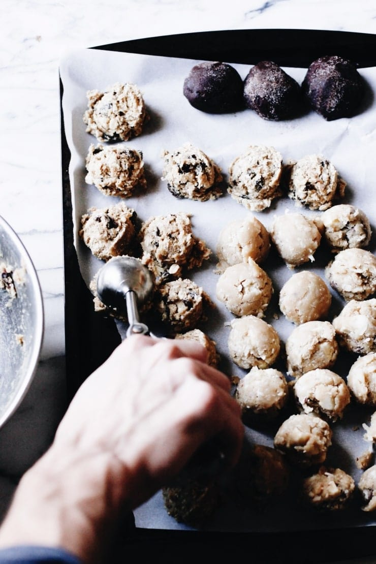 The best ways for freezing and storing your cookie dough. Tips on how to freeze cookie dough for drop cookies, slice-and-bake-cookies, and cut-out cookies. | sophisticatedgourmet.com